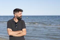 Hombre pensativo en una playa Foto de archivo