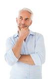 Hombre pensativo que presenta con la mano en la barbilla imágenes de archivo libres de regalías