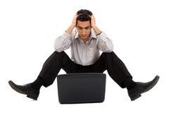 Hombre pensativo que trabaja en la computadora portátil Imagen de archivo libre de regalías
