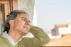 Hombre perdido en pensamientos Foto de archivo libre de regalías