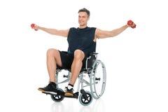 Hombre perjudicado en la elaboración de la silla de ruedas Fotografía de archivo libre de regalías