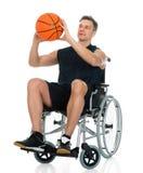 Hombre perjudicado en la silla de ruedas que se resuelve con pesa de gimnasia Foto de archivo libre de regalías