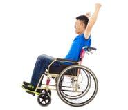Hombre perjudicado que se sienta en una silla de ruedas y un grito Fotografía de archivo libre de regalías