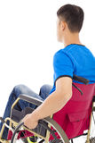 Hombre perjudicado que se sienta en una silla de ruedas y un pensamiento Imagen de archivo libre de regalías