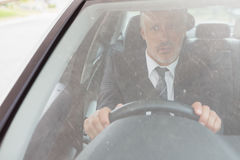 Hombre perplejo que se sienta en la rueda Foto de archivo libre de regalías