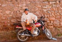 Hombre peruano en la motocicleta Foto de archivo libre de regalías