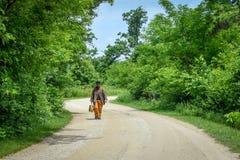 Hombre pionero con la barba que camina abajo del camino Foto de archivo libre de regalías