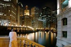 Hombre por el río de Chicago en el Ni imagen de archivo