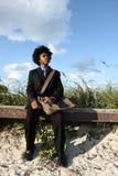 Hombre por las dunas de arena Fotografía de archivo libre de regalías