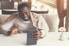 Hombre positivo encantado que hace una llamada video imagen de archivo