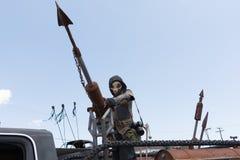 hombre Posts-apocalíptico del traje de la supervivencia Fotos de archivo
