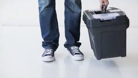 Hombre práctico con la caja de herramientas grande lista para el trabajo almacen de metraje de vídeo