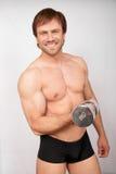 Hombre practicado con pesas de gimnasia Imagen de archivo