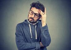 Hombre preocupado triste que mira abajo foto de archivo libre de regalías