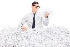 Hombre preocupante cubierto en papel destrozado Fotografía de archivo libre de regalías
