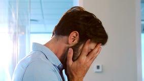Hombre preocupante en la oficina almacen de metraje de vídeo