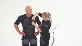 Hombre preparaing de la mujer para el entrenamiento de la aptitud metrajes
