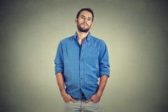 Hombre presumido en camisa azul imagen de archivo libre de regalías
