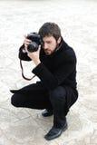 Hombre profesional joven con la cámara Imagen de archivo libre de regalías