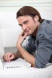 Hombre puesto delante del ordenador Fotos de archivo libres de regalías