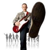 Hombre punky con la guitarra y la silueta Fotos de archivo libres de regalías