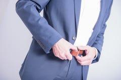 Hombre que abotona sus pantalones encendido Fotos de archivo libres de regalías