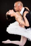 Hombre que abraza a la bailarina hermosa imagen de archivo