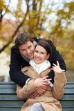 Hombre que abraza a la mujer en parque Imágenes de archivo libres de regalías
