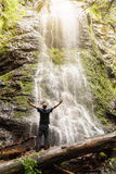 Hombre que abraza la naturaleza con los brazos abiertos Imagen de archivo libre de regalías