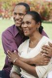 Hombre que abraza a su esposa Fotografía de archivo