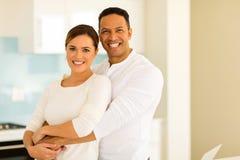 Hombre que abraza a su esposa imágenes de archivo libres de regalías