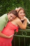 Hombre que abraza a su esposa embarazada Fotos de archivo libres de regalías