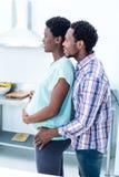 Hombre que abraza a su esposa embarazada feliz Foto de archivo libre de regalías