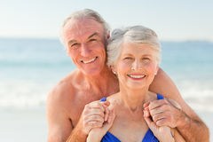 Hombre que abraza a su esposa en la playa Fotos de archivo libres de regalías