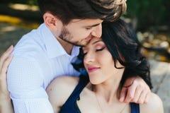 Hombre que abraza a su novia Fotos de archivo libres de regalías