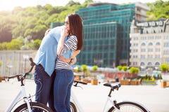 Hombre que abraza a una mujer joven Imagen de archivo libre de regalías