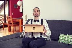 Hombre que abre un paquete imagenes de archivo