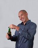 Hombre que abre una cerveza Fotos de archivo