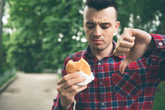 Hombre que abre una hamburguesa Fotos de archivo libres de regalías