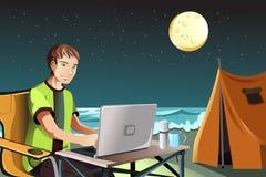 Hombre que acampa usando la computadora portátil ilustración del vector