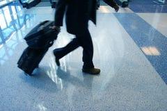 Hombre que acomete para coger su vuelo Imagen de archivo libre de regalías