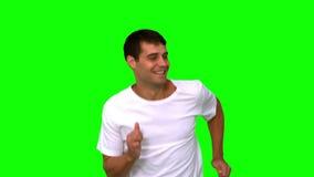 Hombre que activa en la pantalla verde almacen de video
