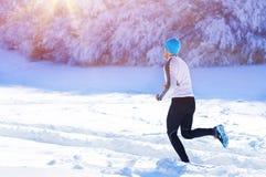 Hombre que activa en naturaleza del invierno fotografía de archivo libre de regalías