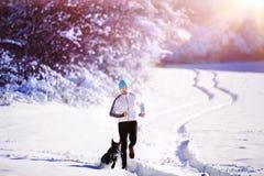 Hombre que activa en naturaleza del invierno imagen de archivo