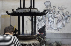 Hombre que adora en el templo de Chaotien Imágenes de archivo libres de regalías