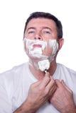 Hombre que afeita la barba imagen de archivo
