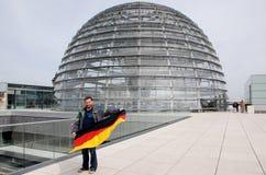 Hombre que agita la bandera alemana Foto de archivo