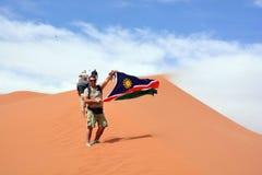 Hombre que agita la bandera de Namibia Imagen de archivo