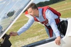 Hombre que ajusta controles en los aviones inmóviles Fotografía de archivo libre de regalías
