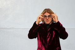 Hombre que ajusta sus cortinas Fotografía de archivo